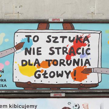 """Praca Galerii Rusz  w ramach wystawy """"Szczęśliwe miasto"""" realizowanej w 2016 roku we Wrocławiu i przy głównych drogach kraju."""