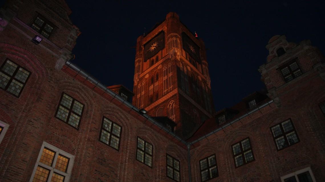Toruńska wieża ratuszowa nocą [fot. Hubert Smolarek/materiały prasowe]