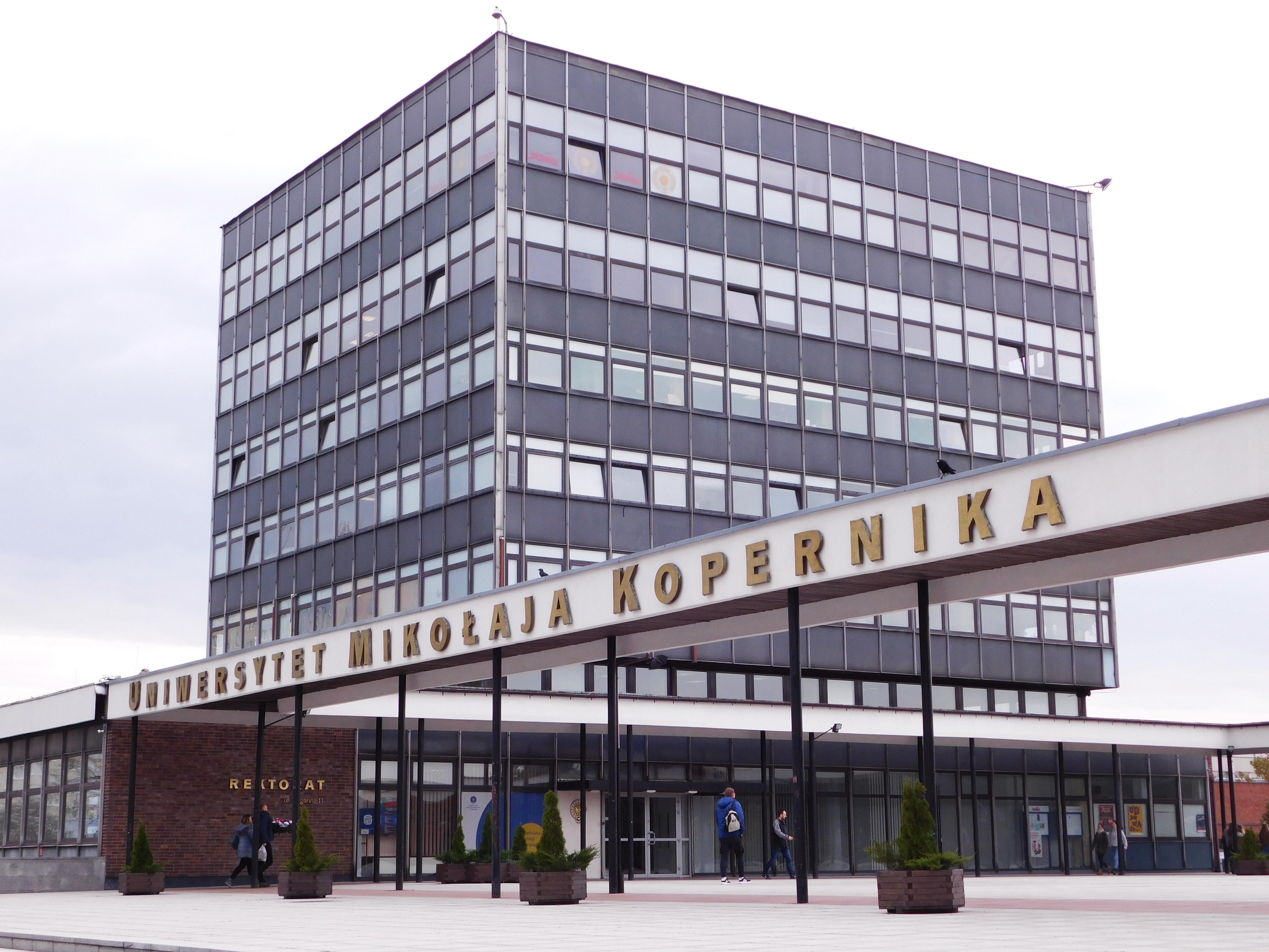 """Kampus UMK, który znalazł się w zestawieniu stu najważniejszych budynków stulecia stworzonym przez miesięcznik """"Archtektura Murator"""". [fot. Sara Watrak]"""