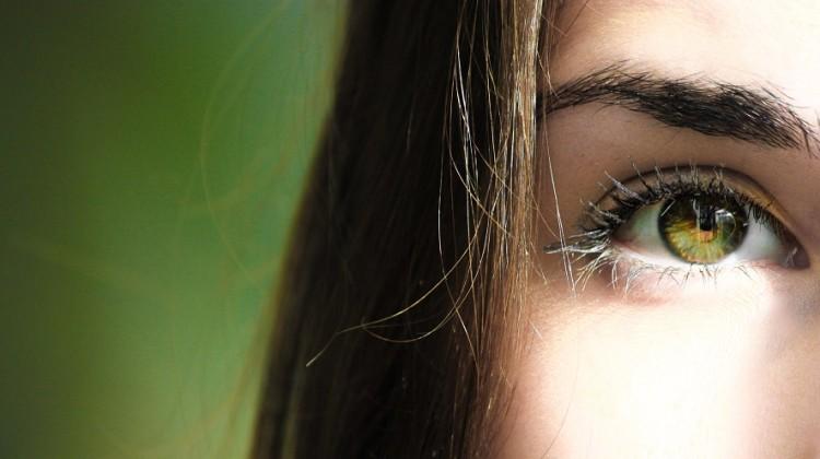 Odpowiednie kosmetyki oraz zdrowy styl życia to podstawa, by właściwie zadbać o skórę pod oczami [fot. materiały partnera]