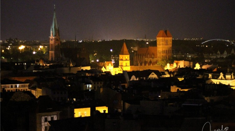 Toruń nocą, widziany z nieco wyższej perspektywy niż na co dzień, zachwyca jeszcze bardziej niż zwykle. [fot. Angelika Plich]