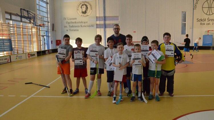 Młodzi zawodnicy wraz z trenerem Maciejem Górskim fot. TLU Kala Izolacje Toruń