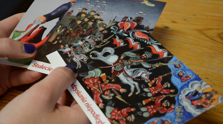 Pocztówki z dziełami ze zbiorów toruńskiego Muzeum Etnograficznego przygotowane z okazji stulecia odzyskania niepodległości przez Polskę [fot. materiały prasowe]