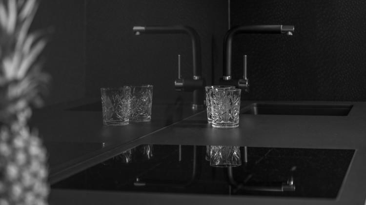Czerń w kuchni doskonale łączy się z bielą, nadając pomieszczeniu elegancji [fot. materiały partnera]